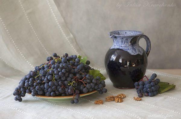 фотонатюрморт с виноградом и кувшином