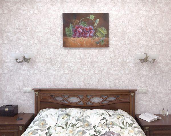 """фрагмент картины маслом """"Виноград после дождя и бабочка"""" в интерьере спальни"""